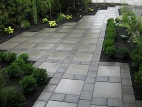 Small Squares Between The 12 Pavers Makes It Much More Interesting Patios Traseros Patio De Concreto Patio De Cemento