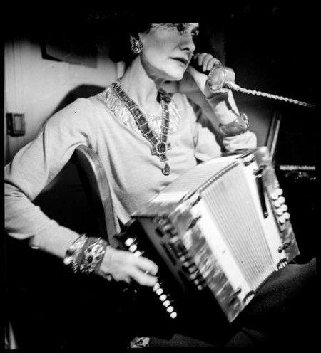 Coco Chanel dans son appartement au Ritz, au téléphone, et jouant de l'accordéon. Photo François Kollar