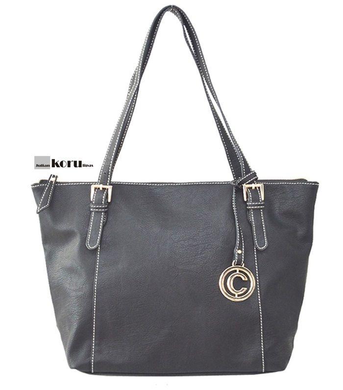 Klassinen PIENI peruslaukku näyttävin olkahihnan kiinnikkein. Väri musta Koko leveys 28cm, korkeus 20cm ja pohjan leveys 12cm Vetoketjullinen takatasku, sisällä 1 tasku ja 1 vetoketjullinen tasku. Laukun sulku vetoketjulla, kahvat 50cm. Muotilaukku, muotilaukut netistä, Naisten laukku, laukut netistä