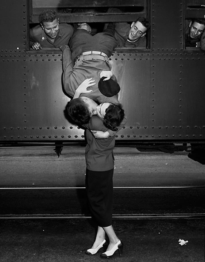 Frank Brown Korean War Goodbye Kiss 1950 Vintage Photos In