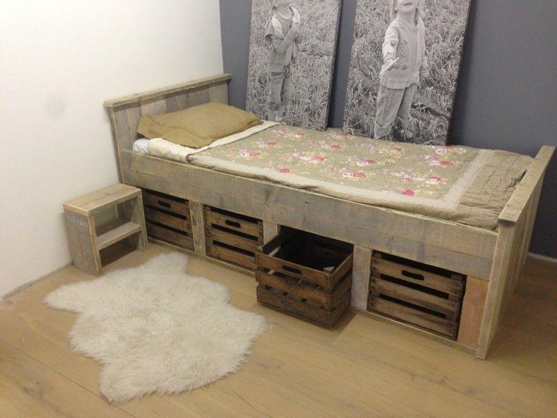 Steigerhouten bed met fruitkisten bedden lindetuin for Bed van steigerhout maken