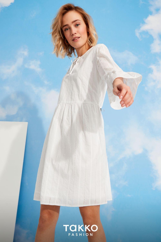 weißes kleid mit langen Ärmeln: perfekt für den Übergang