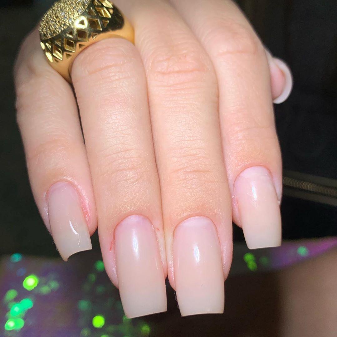 Manutenção realizada ✅ Profissional: @layannerabello . . . #unhas #nails #unhasdecoradas #manicure #...