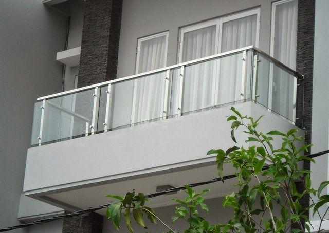 foto balkon kaca rumah 2 lantai