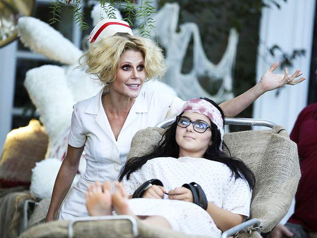 Catch This Sneak Peek of Modern Family\u0027s Spooky (\u0026 Sexy) Halloween Episode