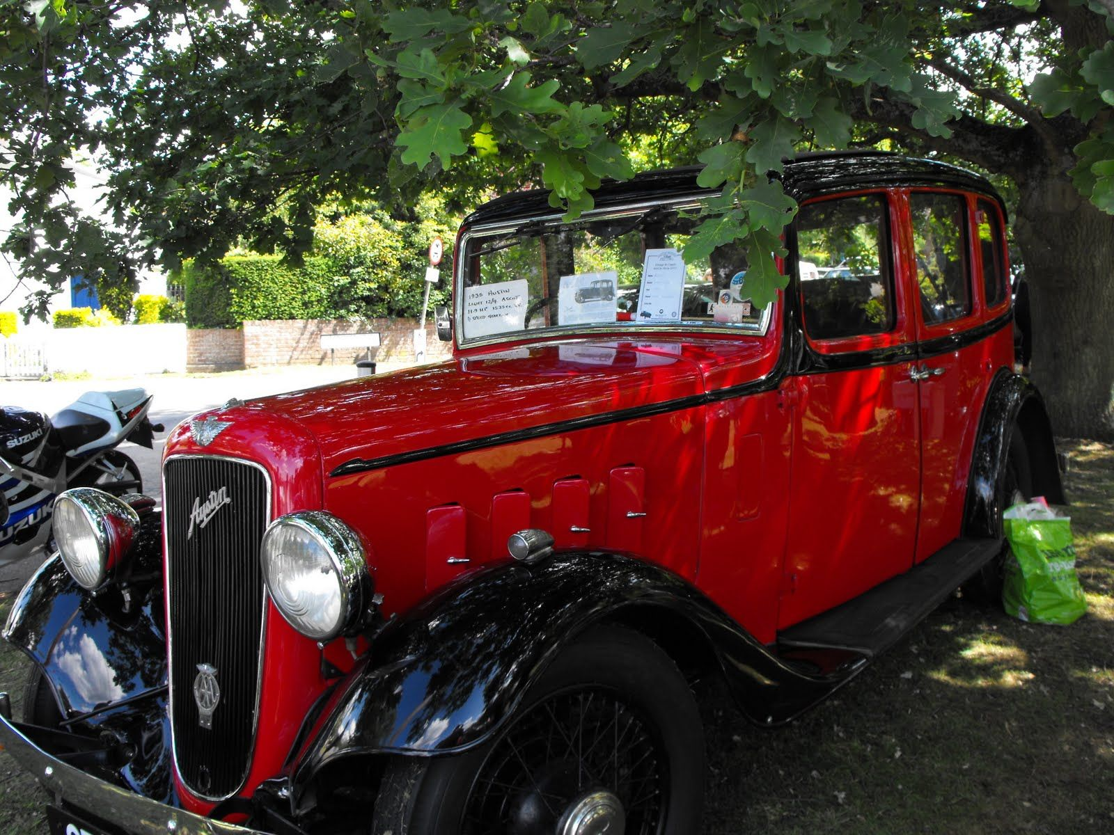 1933 Austin 7. But - it should not be parked under the tree, nes par? The little bird droppings.