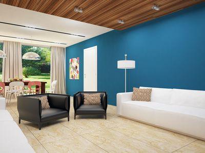 Charmant Kontrast: Weiße Möbel Und Blaue Wandfarbe