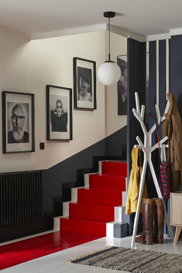 Un Tapis Rouge Pour Relooker L Escalier Idees Pour La Maison Peinture Interieur Maison Deco Maison
