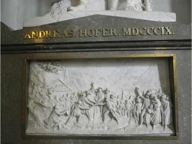 """Bas relief en marbre d'Alexandre Colyn (Innsbruck 1563) représentant l'entrevue de Henri VIII et de l'Empereur Maximilien au siège de Thérouanne; d'après un gravure d'Albrecht Dürer.- .4° guerre d'Italie, bataille de Guinegatte (1513). (La 1° bataille de ce nom est de 1479). La """"2° bataille de Guinegatte"""", surnommée Journée des Eperons, eut lieu le 16 aout 1513 à Guinegatte (aujourd'hui Enguinegatte, près de St Omer dans le Pas de Calais)."""