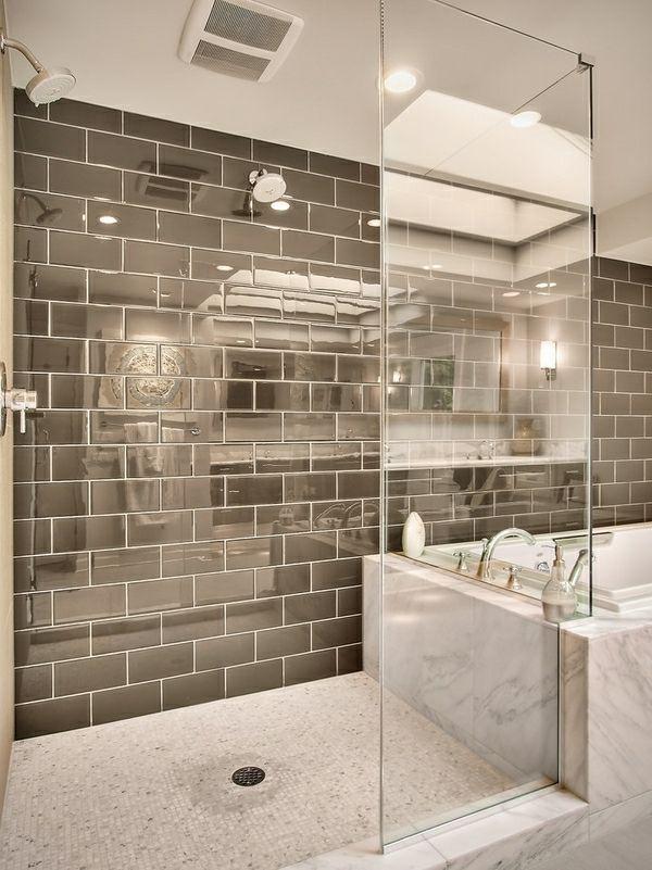modernes badezimmer mit einer gefliesten dusche und einer badewanne