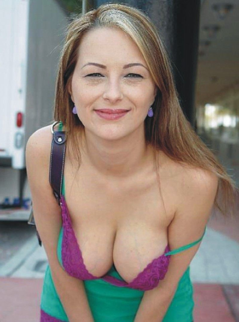 Mature milf bra cleavage