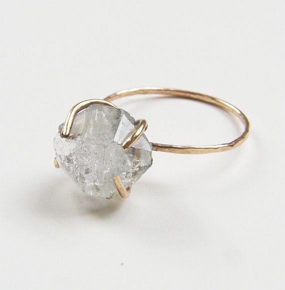 Voorzien van een prachtig natuurlijke herkimer diamant steen in mooie kwaliteit. De edelsteen was handgemaakte in een 14 karaats vergulde gevuld bezel set ring.  De stenen maatregelen ca. 10-12mm lang  Kies uw maat hieronder op de optie voor de mapgrootte en de afwerking. Ring kan worden gemaakt in glad of getextureerd. Nu ik heb alleen 1 ring in maat 5.5 links in voorraad, die kan grotere op verzoek vóór de aanschaf tot 1,5 maten groter gemaakt.  Dit is een foto nam ik was de…