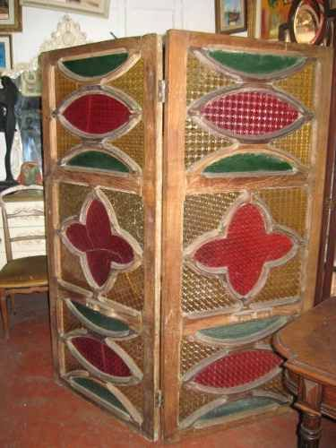 -biombo-vitral-siglo-xix-sobre-ventana-antigua