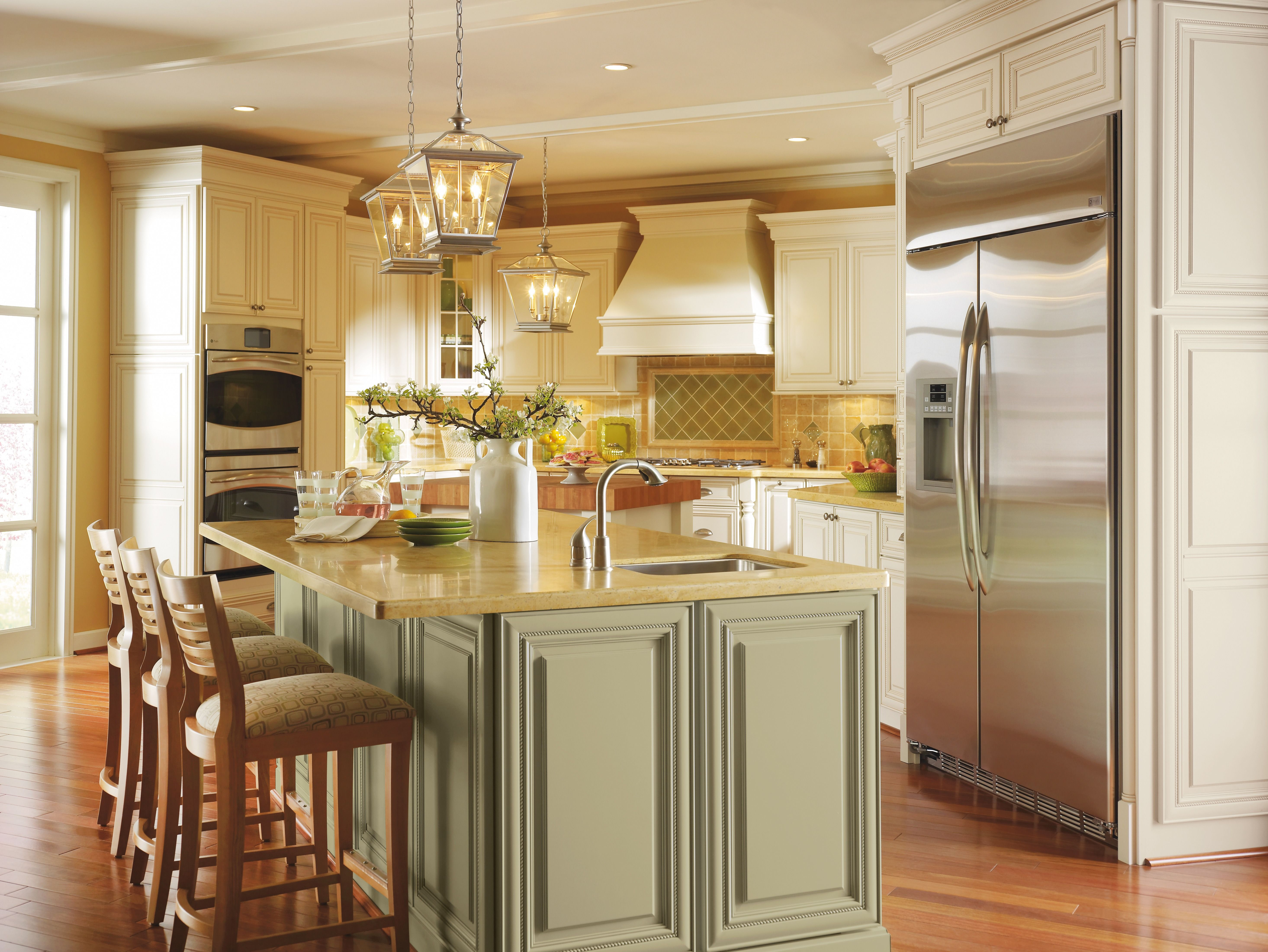 Dynasty By Omega Marries A Traditional And Country Ambiance In This Kitchen With Their Beautiful Kitchen Cabinets Traditional Kitchen Cabinets Omega Cabinetry