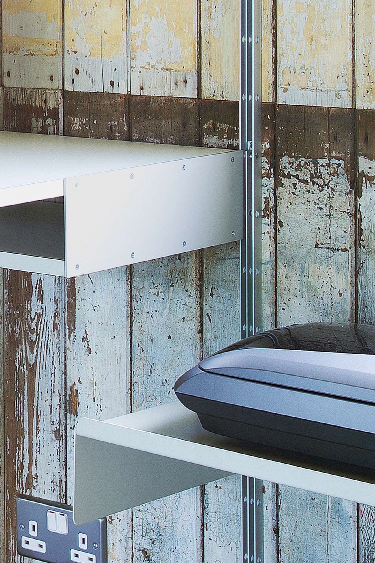 The aluminum pin holds the desk shelf into the E-Track | Vitsœ 606 ...