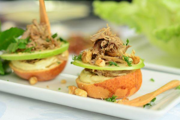 mini sanduiche aberto de maça verde e pato desfiado