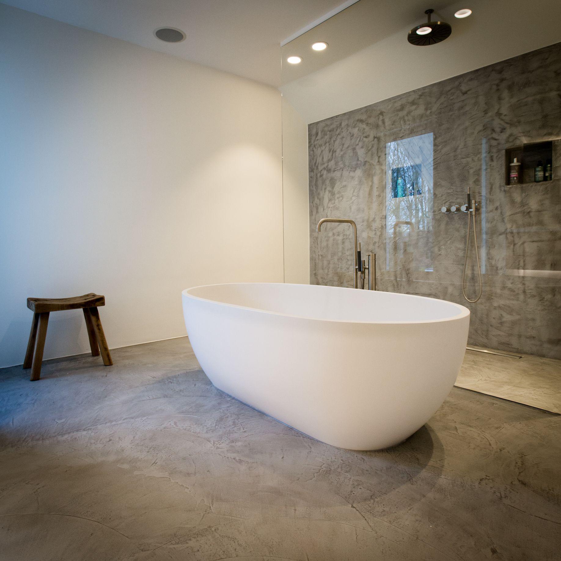een tijdloze badkamer met een prachtige mortex vloer