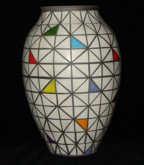 Raku pot met geometrische patroon