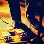 """Un contrapuesto musical conformado por sonidos de guitarras fuertemente distorsionados, efectos de pedal, delays y cualquier cosa que se te ocurriera para """"ensuciar"""" un poco el sonido y acercarte más al producto final que quieres. Esto es el Shoegaze y si existiera una descripción para su sonido, sería un joven un poco alienado de la …"""
