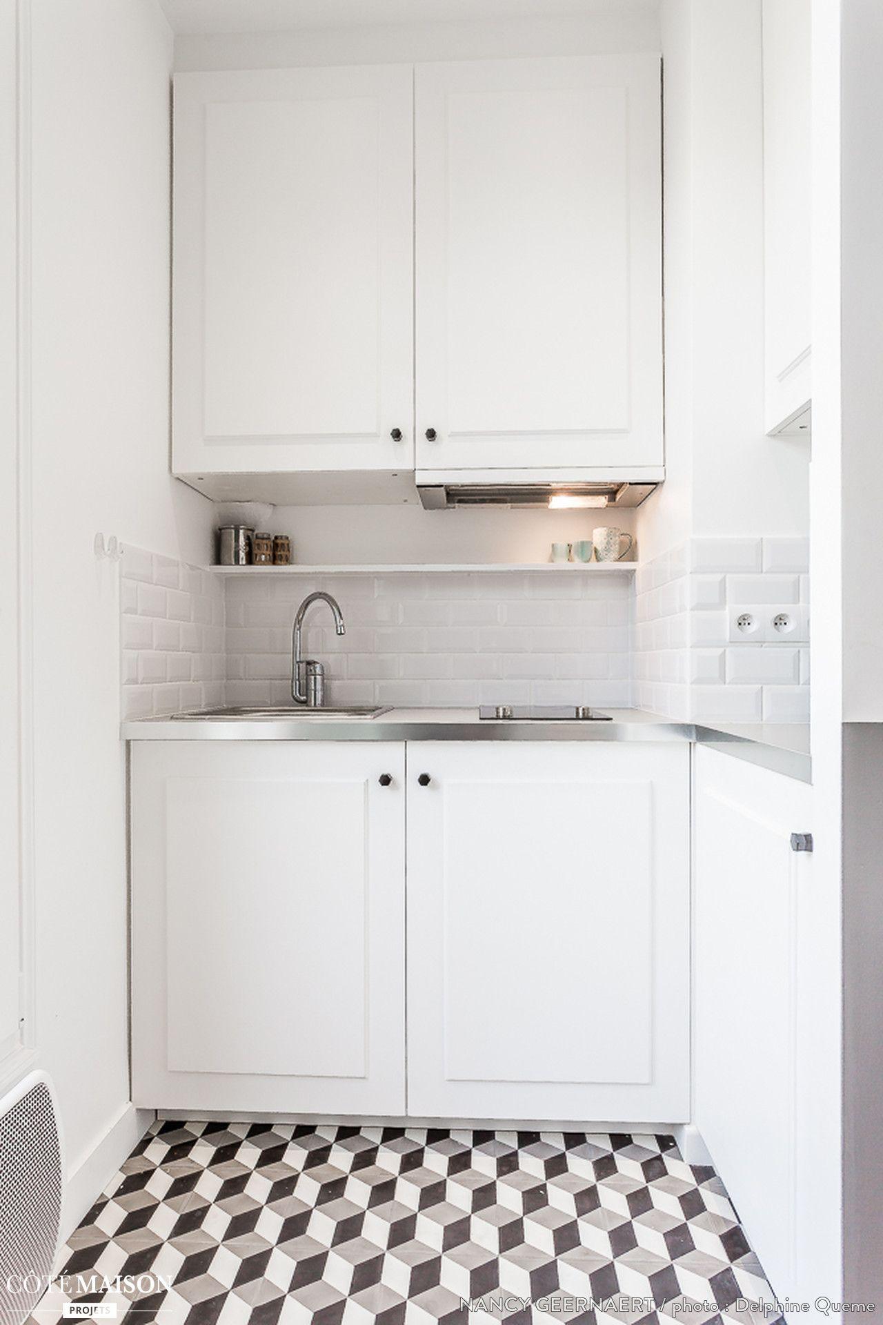 petite cuisine blanche avec sol noir et blanc en carreaux de ciment