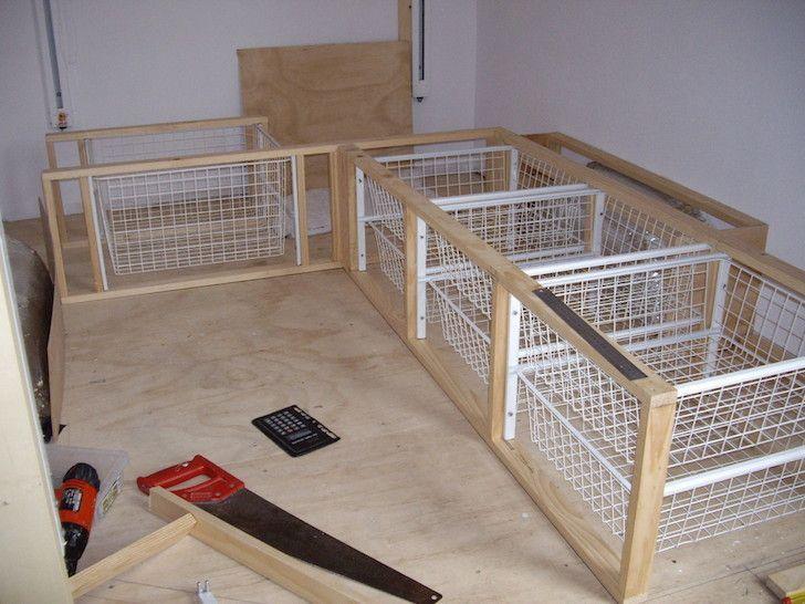 Möbel aus Kiefernholz mit Aufbewahrungskörben in einem Stealth-Reisemobil,  #a…