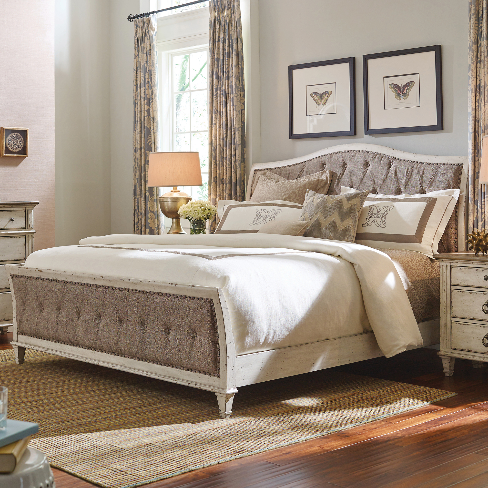 Southbury Queen Upholstered Bed In Cream