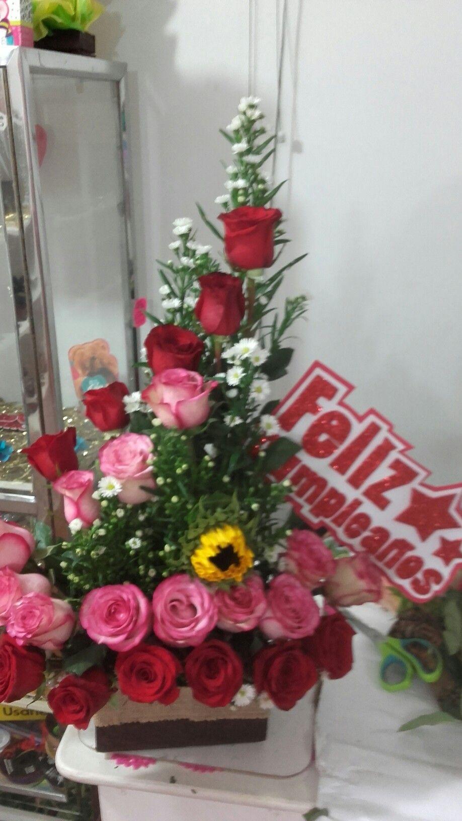 Arreglo floral de cumpleaños | Arreglos florales para cumpleaños, Arreglos  florales, Ramo de rosas