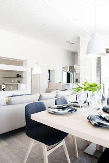 Ruokailutilan ja olohuoneen yhdistelmä takaa tilan suuremmallekin seurueelle. Harmoninen värimaailma pitää tilan rauhallisena. #etuovisisustus #olohuone #vepsäläinen