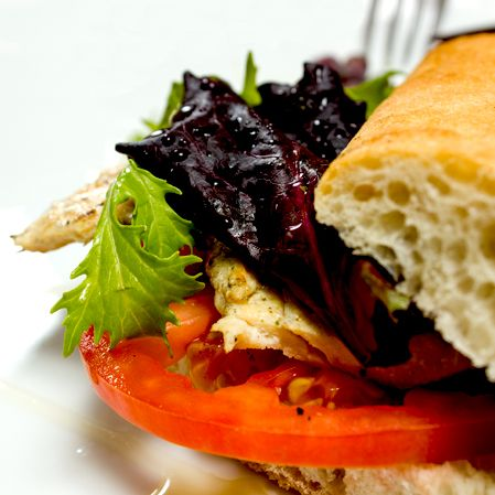 "Sandwich del Miercoles  ""The Poulter Geist"" Chapata de pechuga de pollo con aderezo miel y limón."