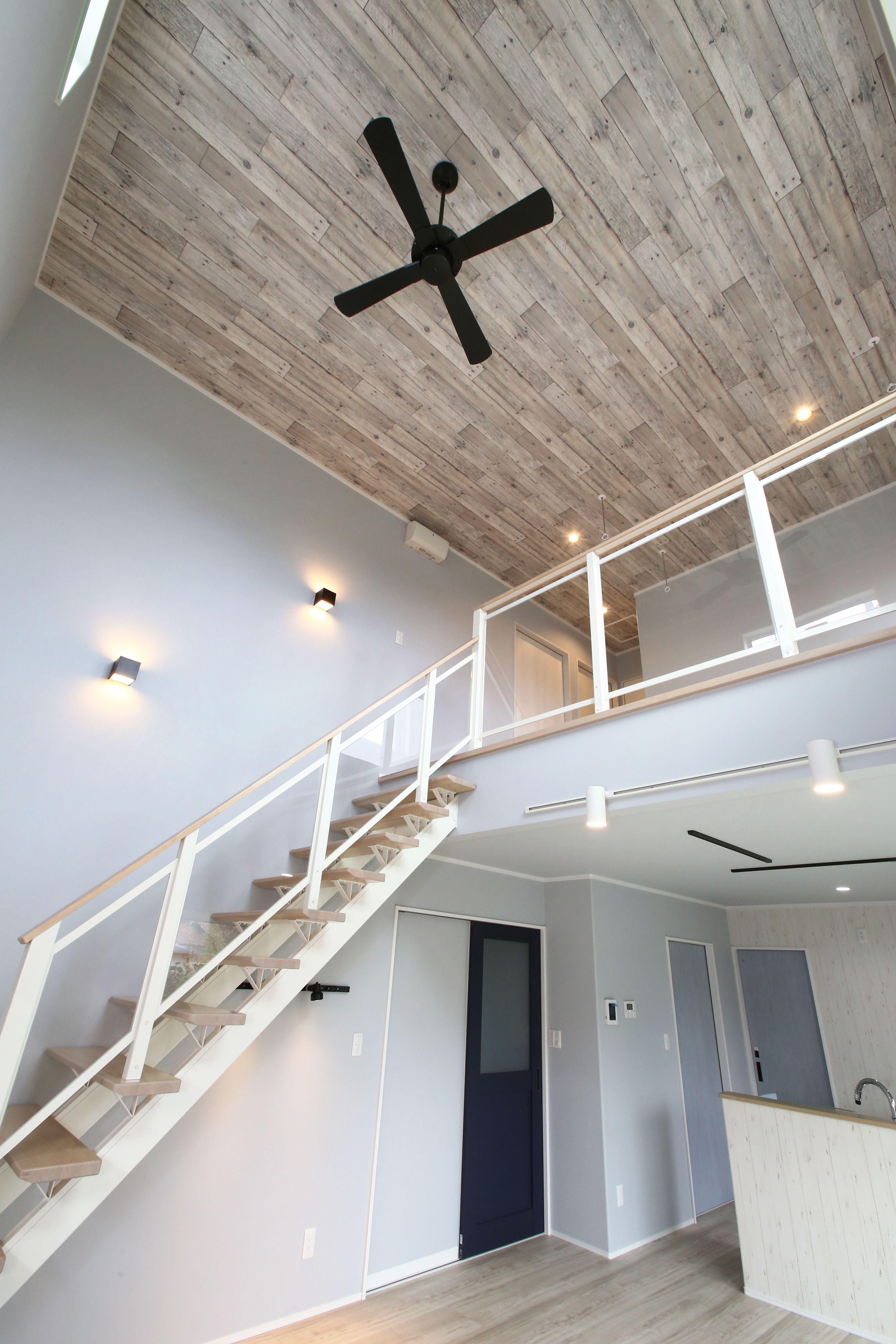 オープン階段がある開放的な吹抜け 木目調の天井クロスがおしゃれです