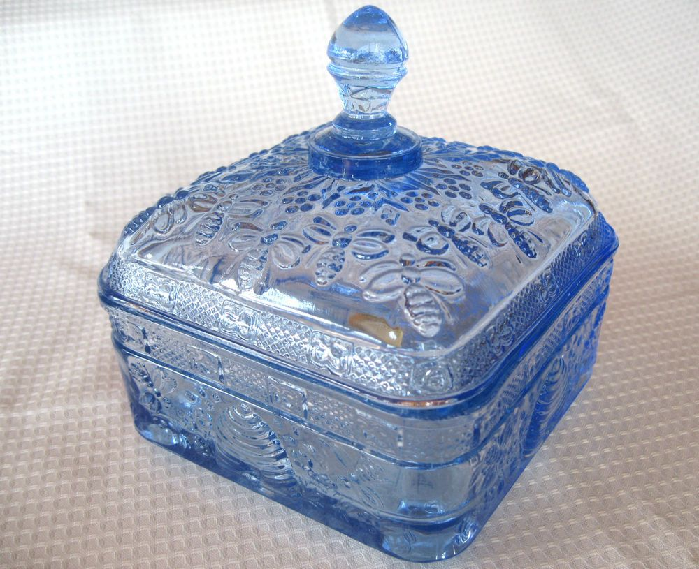 Tiara Indiana Glass Ice Blue Honey Bee Box & Cover #IndianaGlass
