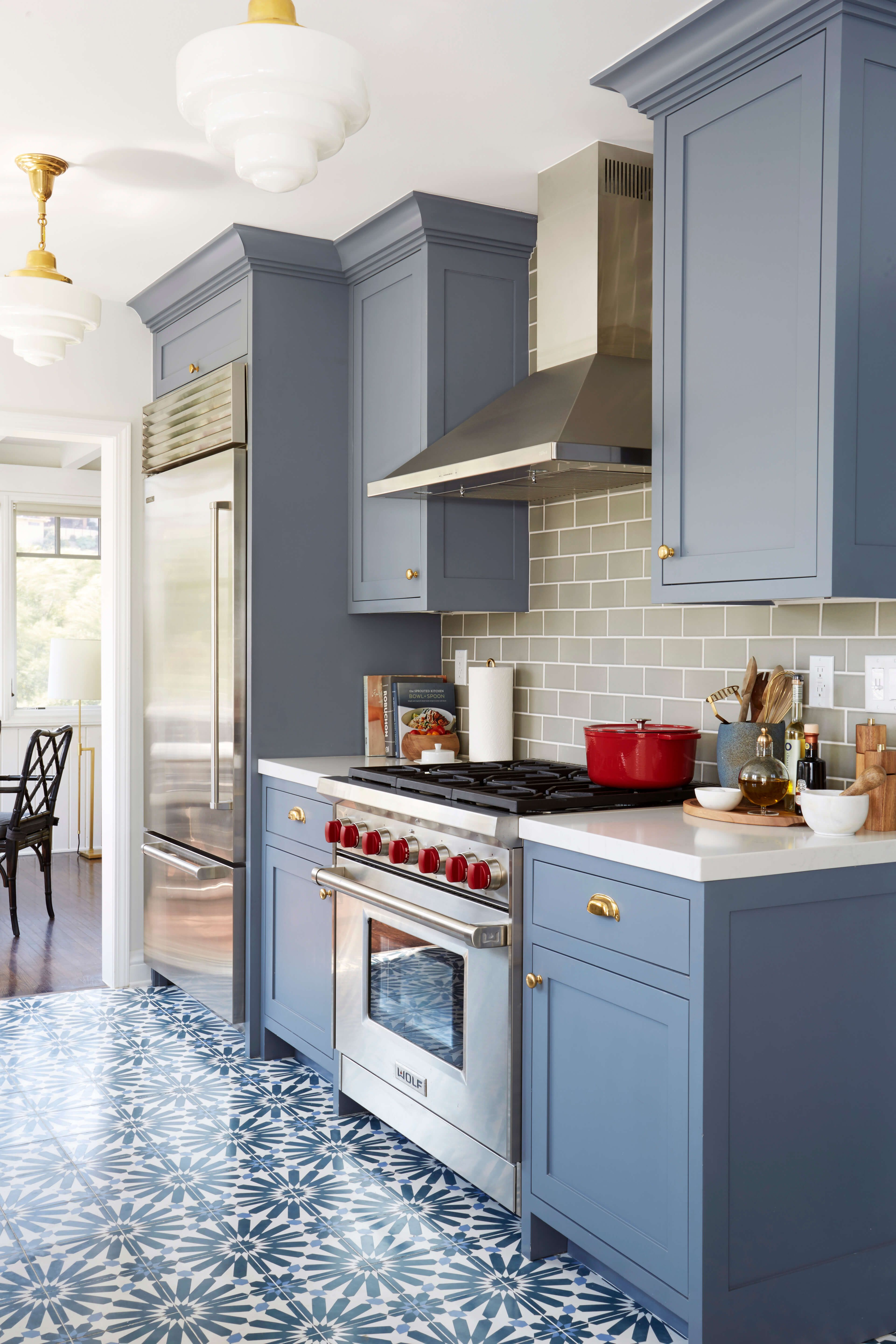 Benjamin moore wolf gray a blue grey painted kitchen for Gray and white kitchen decor