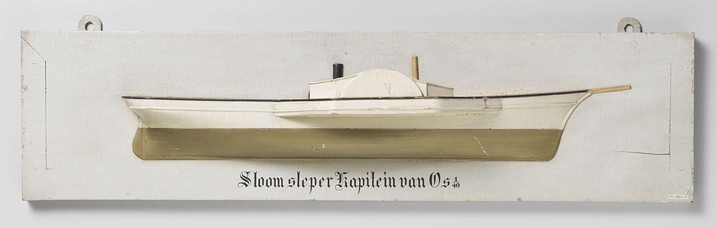 Anonymous   Halfmodel van een raderstoomschip, Anonymous, c. 1860 - c. 1880   Gepolychromeerd stapelmodel (stuurboord) van een eenmast raderstoomschip. Klippersteven. Elliptisch hek met roer met ronde roerkoning (Amerikaans roer) en afgerond blad. Eén gesloten raderkast in de zijde. Aan dek een schoorsteen met daarachter een bolle uitstulping, waarschijnlijk de ketel of stoomkap. De zeeg loopt naar voren op; het onderwaterschip is een rondspant met vlakke bodem. Schaal 1:40 (schaal op…