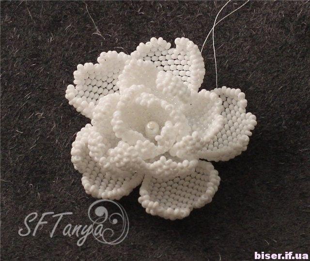 Объёмный цветок из бисера