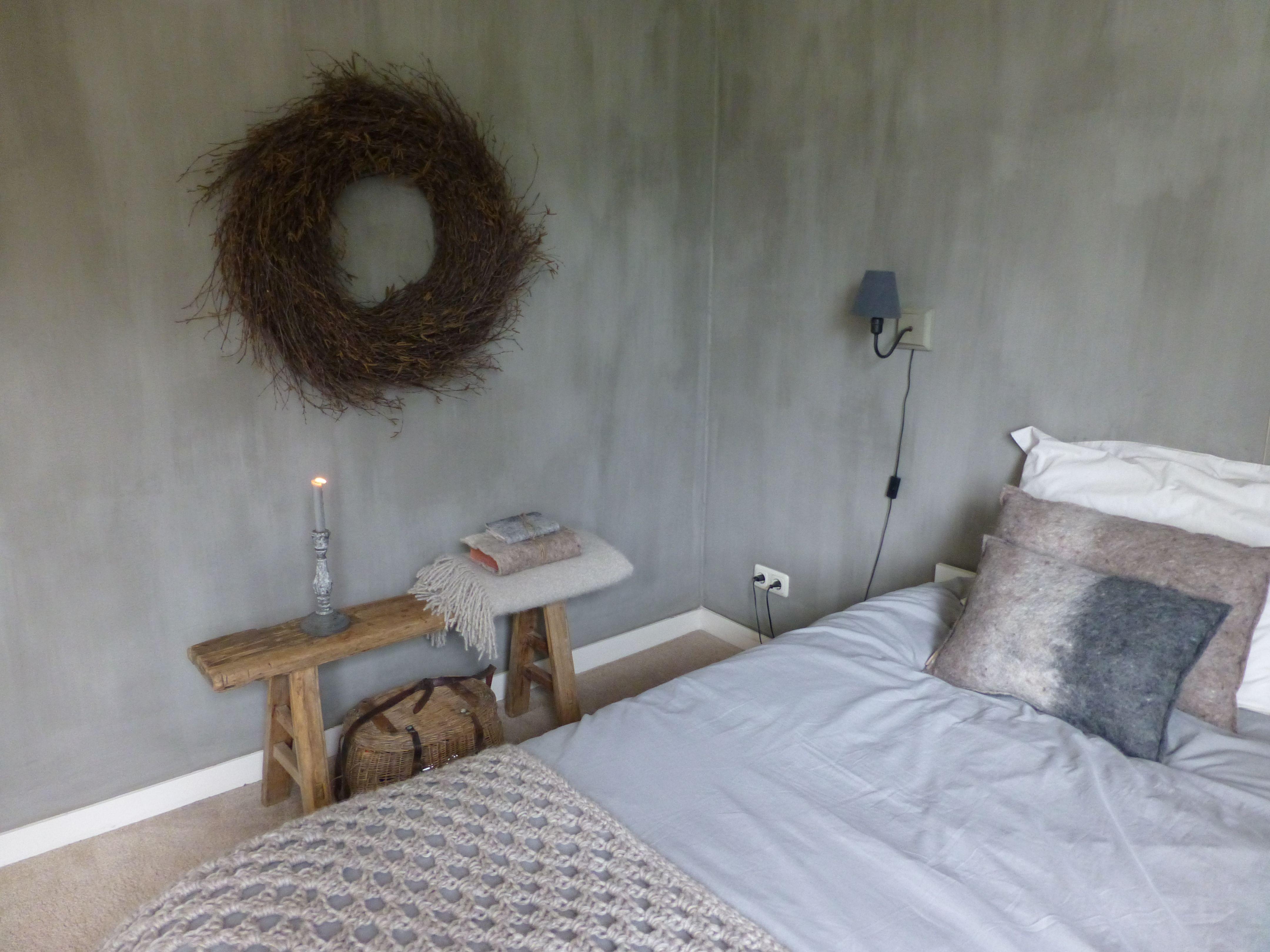 Houten Bankje Slaapkamer : Warme sfeer op de slaapkamer met van wol gevilte woonaccessoires