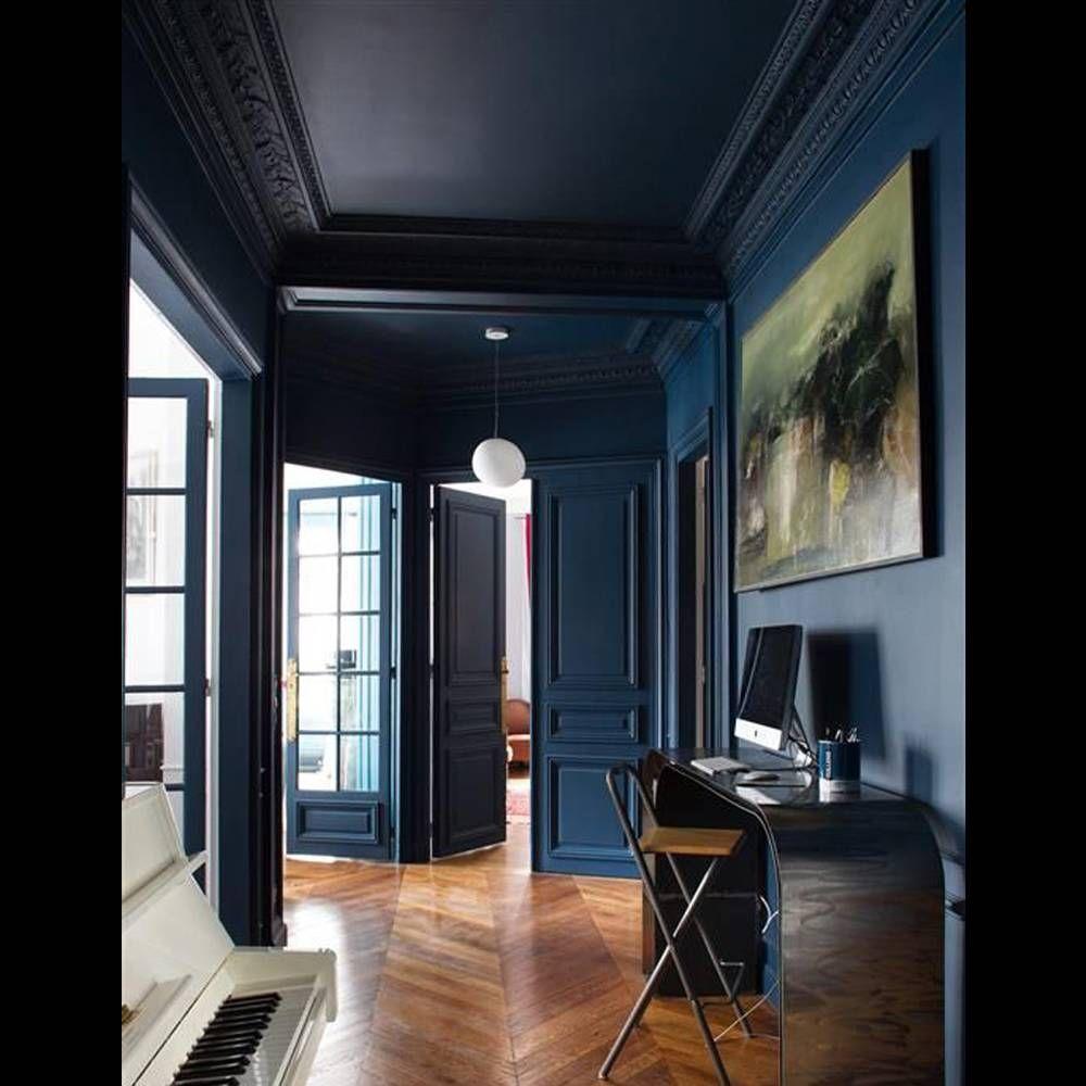 un plafond et des murs bleu nuit pour un couloir sophistiqu appartement bleu nuit paredes. Black Bedroom Furniture Sets. Home Design Ideas