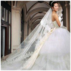 The long one-tier veil is the perfect complement to any gown, with looks ranging from simply elegant to ultra-glamorous. Just think of the dramatic image created when the light, flowing fabric catches the wind #catwalkonrent