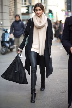 193 fall and winter outfit ideas to take from the stylish streets of Italy. Click through for the best styling tricks for cold weather: