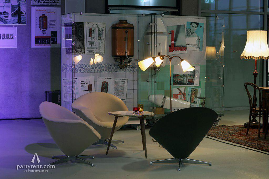 Retro Wohnzimmer ~ Vintage wohnzimmer im flugzeughangar concept vintage