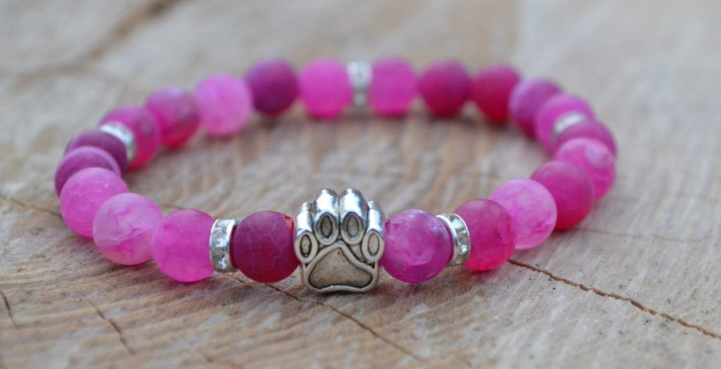 Žensky růžový achátový náramek se stříbrnou psí packou a pěti stříbrnými mezidílky s drobnými třpytícími se kamínky.