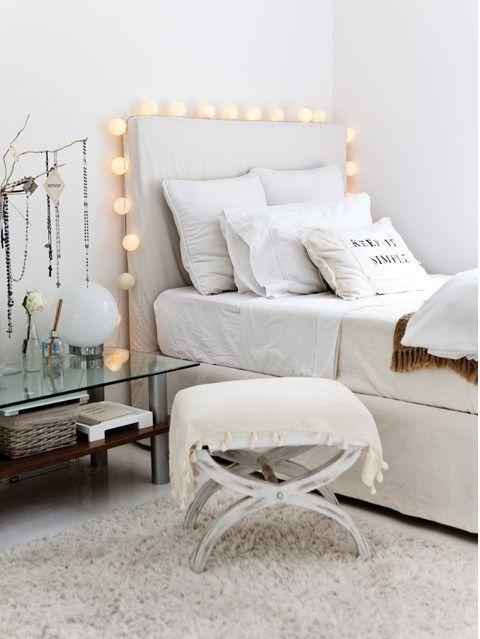 Une guirlande au dessus du #lit ! #chambre #ado #blanc #beige #gris ...
