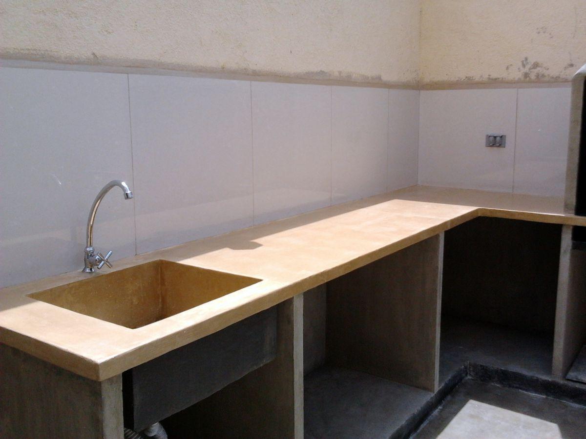 Tope de concreto en exterior con fregadero empotrado de for Modelos de gabinetes de cocina