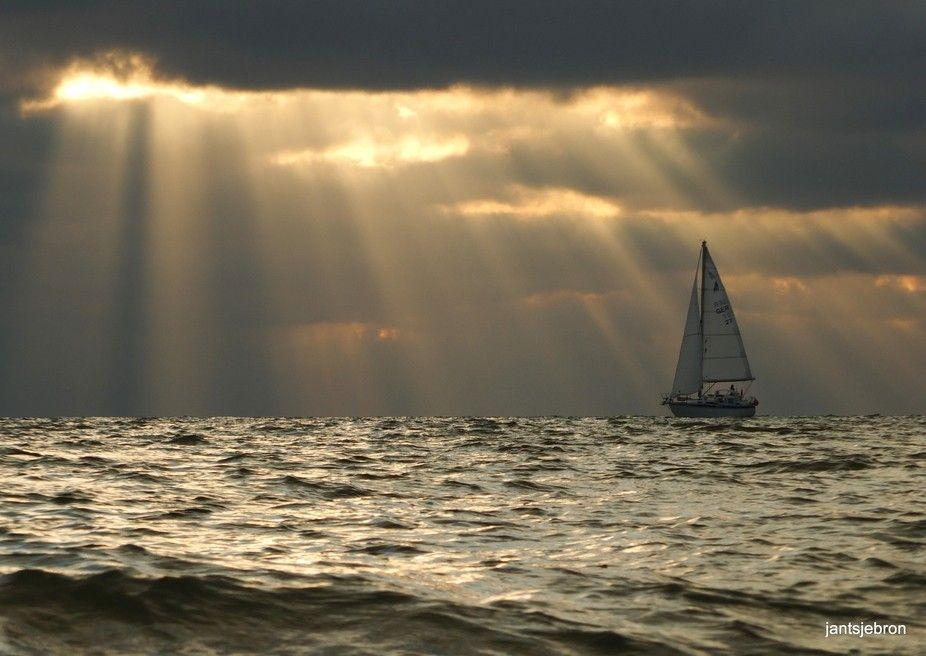 Sailboat in the sunbeams | Foto's