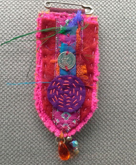 Broche/Médaille textile. Esprit baroque. par VeronikB sur Etsy