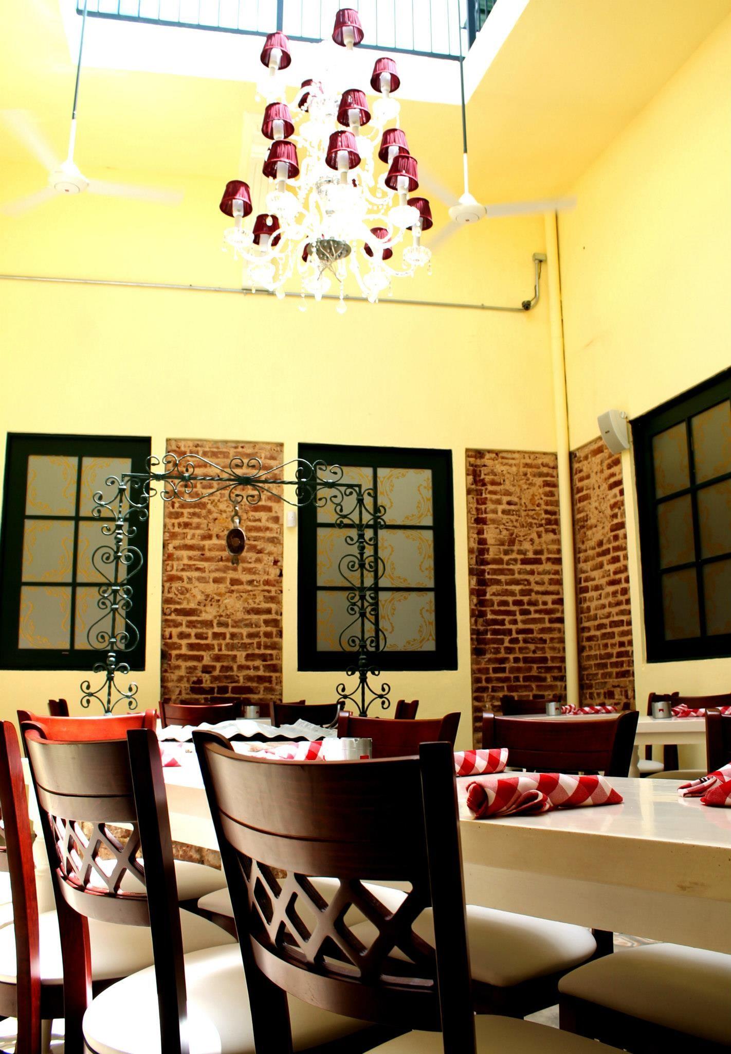 Un patio peque o y acogedor con un estilo r stico for Arredamento rustico italiano