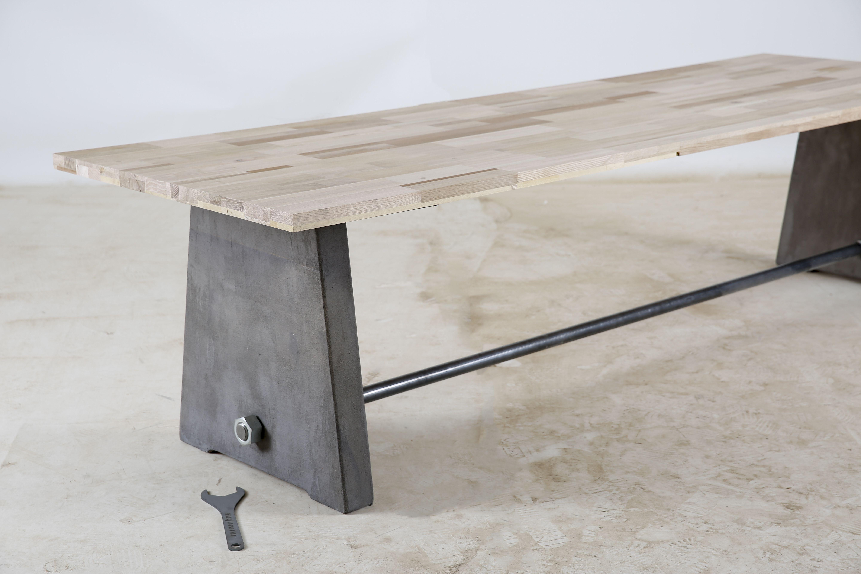 prachtige vergadertafel van gerecycled beton met mooie oude