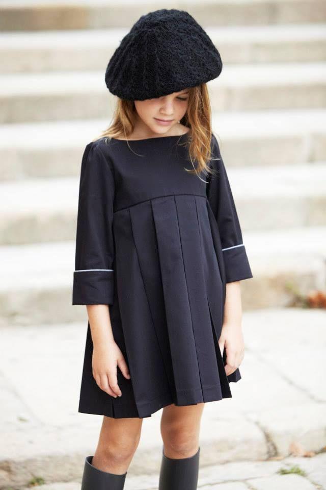 d7222da8206 Baby girl in black. Robe plissée à manches longues.