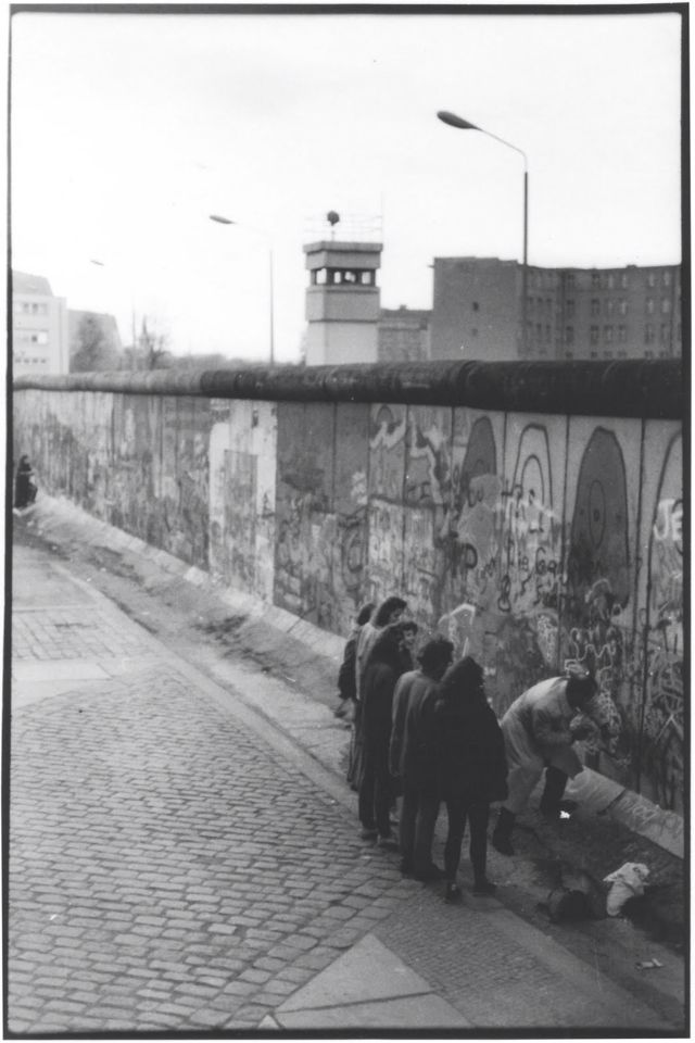 Chiselling away a souvenir - Berlin 1989