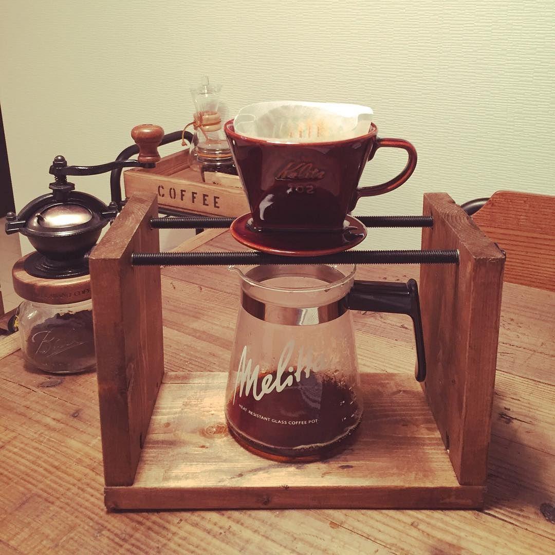 ドリップコーヒーを淹れるのに必須のドリップスタンド Diyするアイテムとしても人気で 様々な材料や方法を使ったアイディアがたくさんあるんです 今回はそんなアイディアたちを集めてみました 커피 스탠드 커피 목공예