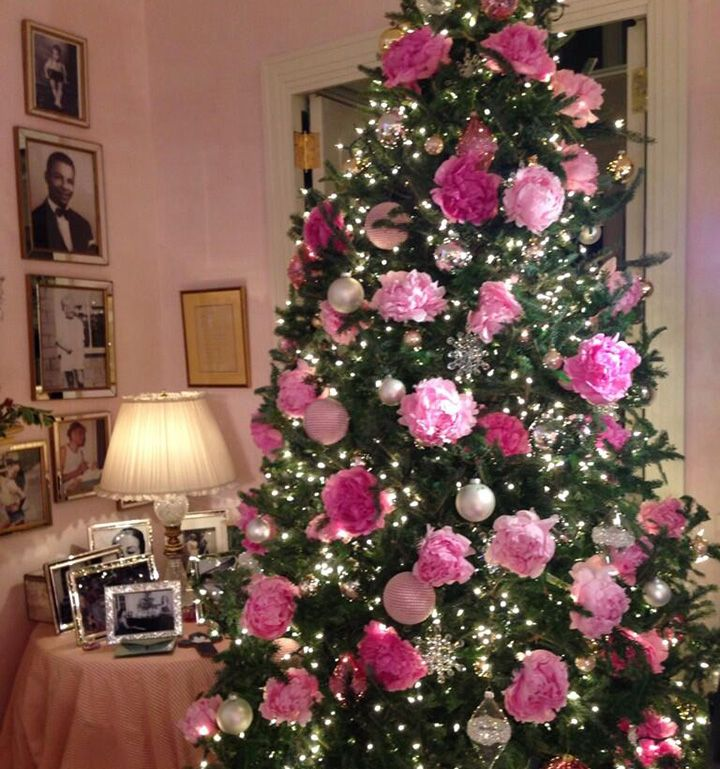 you wont believe what mariah carey decorates her christmas tree with - Pink Christmas Trees